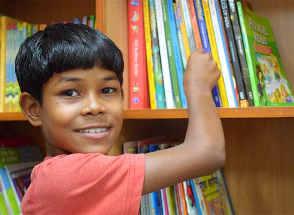 Niño intenta agarrar un libro