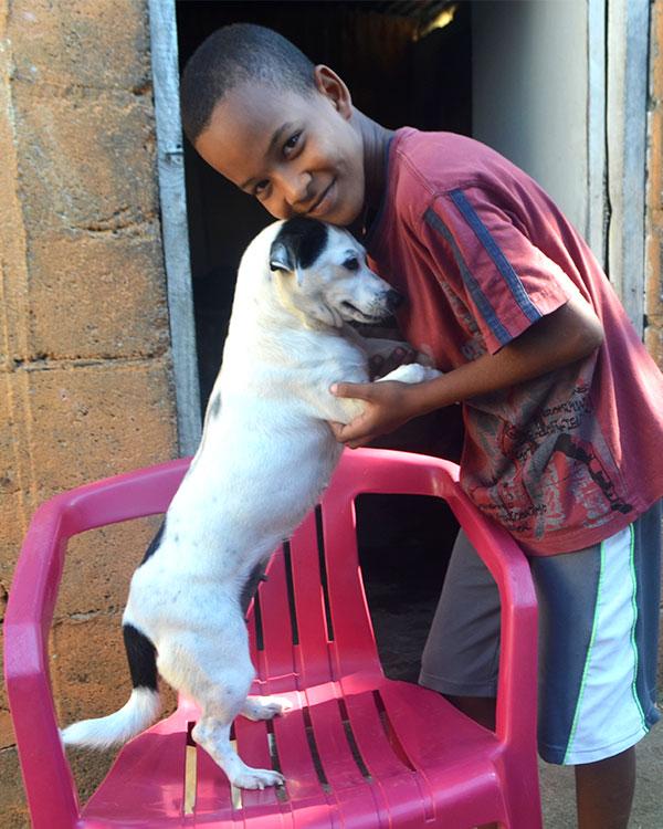 Jarlin con su perra mascota
