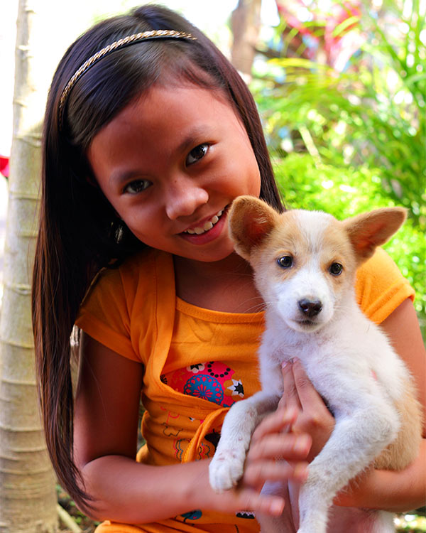 Janelle con su cachorra Angela.