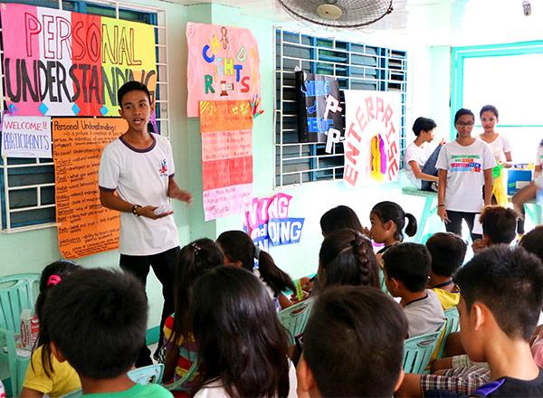 Los jóvenes del programa de liderazgo juvenil de Children International ofrecieron un taller para niños que trataba sobre la responsabilidad personal.