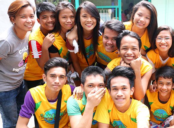 Jóvenes que participan en el Programa de Desarrollo Socio-Deportivo se toman una foto en grupo
