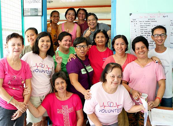 Empleados y voluntarios en el centro comunitario más cercano a Paradise Village