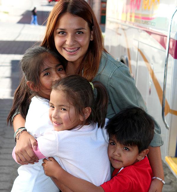 Los niños le dan a Bella un último abrazo antes de despedirse.