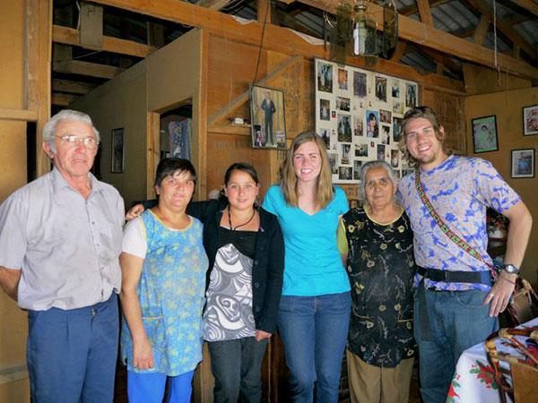 Shalynn y Adam posan para una última foto con Bernardita y su familia