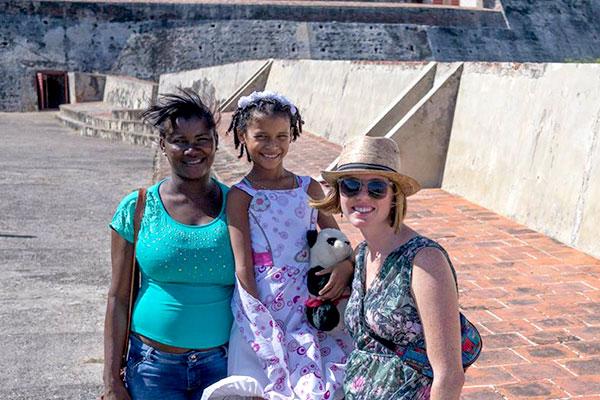 Shalynn, Angelina y su mamá se detienen para una foto en el castillo más antiguo de Cartagena