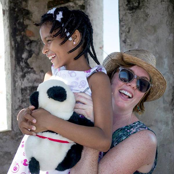 Una visita a Cartagena fortalece el vínculo entre una madrina y su apadrinada