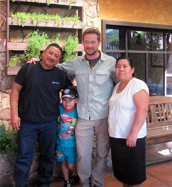 Kent con Jónatan y su familia