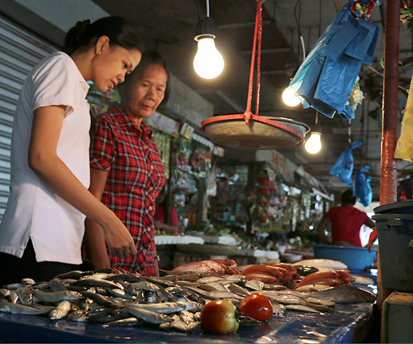 Leizel and her mom, Beatriz, at the fish market