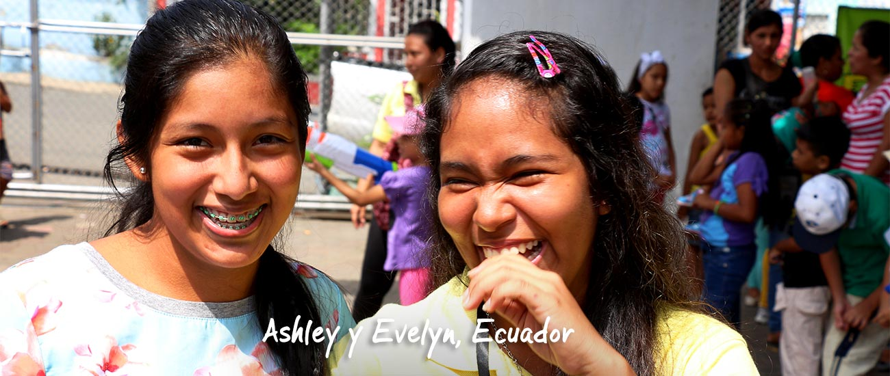 Ashley y Evelyn riéndose