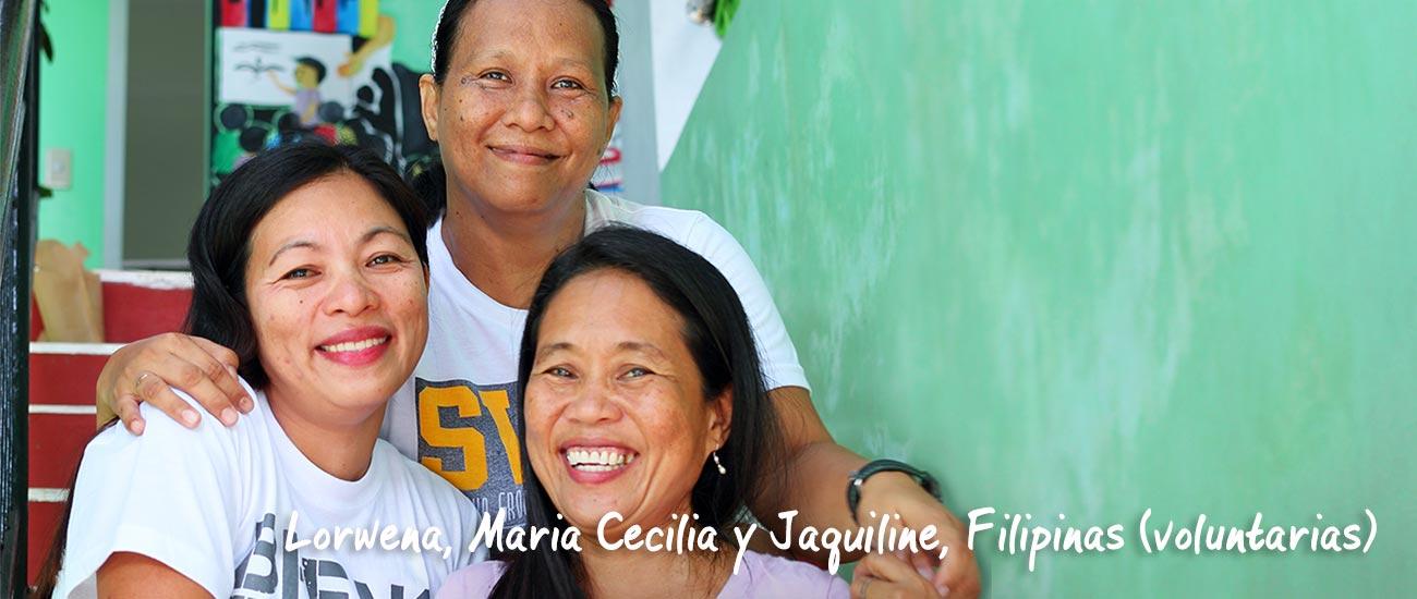 Tres mejores amigas en las Filipinas se abrazan