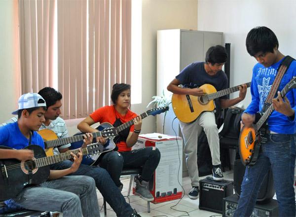 Líderes juveniles tocan la guitarra