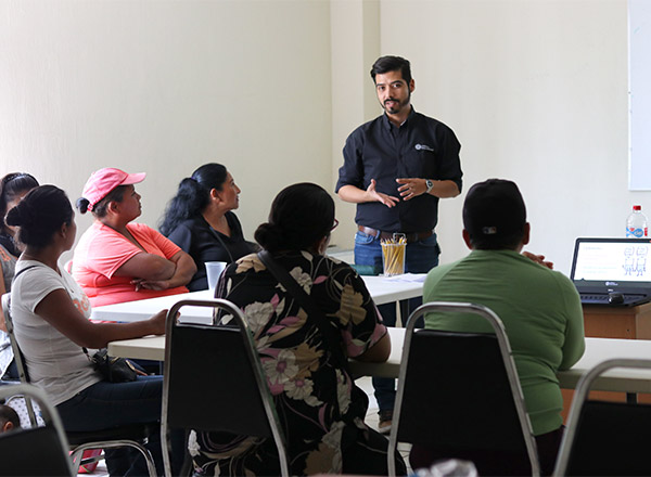 Empleados y voluntarios reciben capacitación en un aula