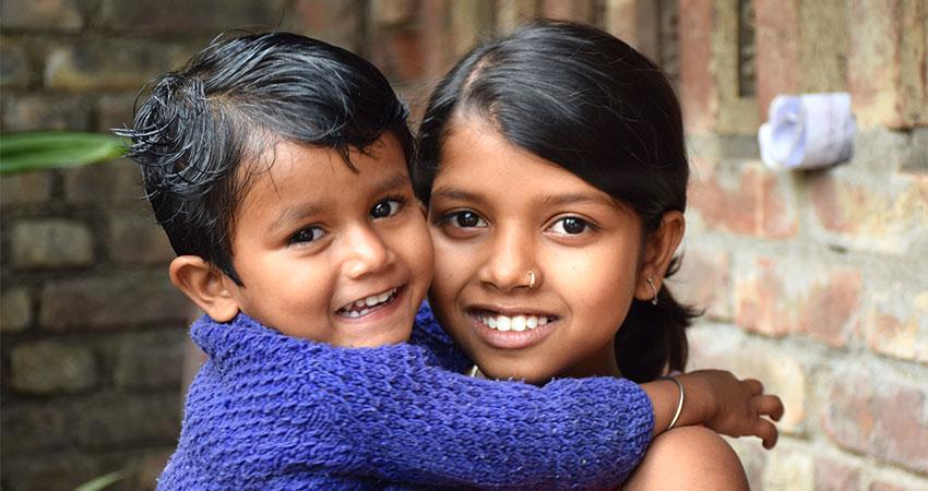 Sangita cuida a su hermana menor cuando su mamá está enferma