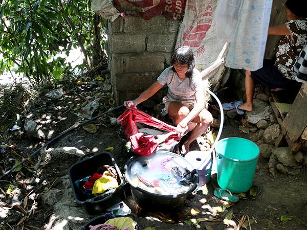 Los colaboradores de CI ayudan a los residentes de algunas de las comunidades más marginadas.