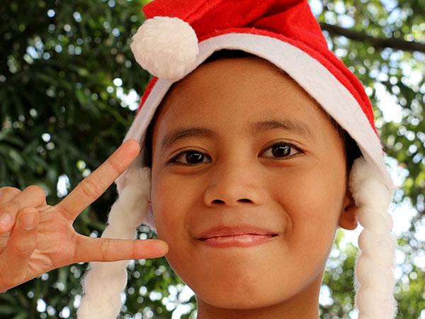 Una niña con una gorra de Santa Claus celebra la Navidad, el feriado más largo de las Filipinas.