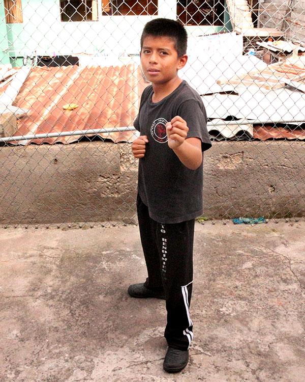 Frixon hace un pose de karateca