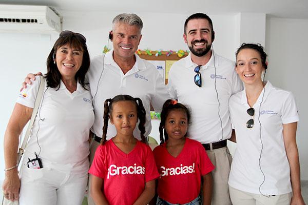 La familia Cormack visitó Colombia para la inauguración del centro comunitario. Ahí pasaron tiempo con sus apadrinados.