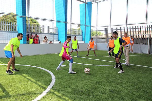 La cancha deportiva en el nuevo centro juvenil representa un espacio recreativo seguro para los jóvenes.