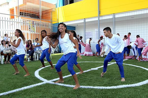 Jóvenes de Children International bailan durante la inauguración del Centro Comunitario Familia Cormack.