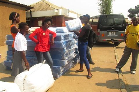 Miembros del Consejo Juvenil en Lusaka, Zambia, donaron colchones, ropa de cama y cortinas a una clínica médica el año pasado.