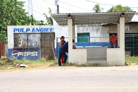 Para su proyecto de Fondo de Empoderamiento Juvenil, los jóvenes en San Pedro Sula, Honduras, edificaron dos paradas de bus.