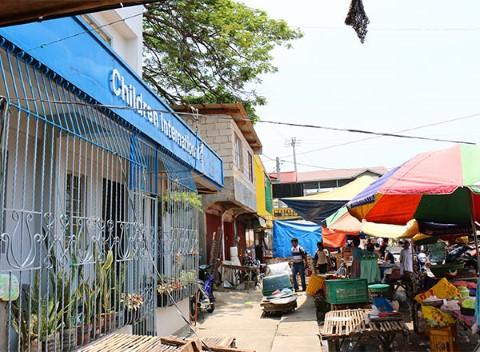 Hay un mercado afuera del centro comunitario de Children International