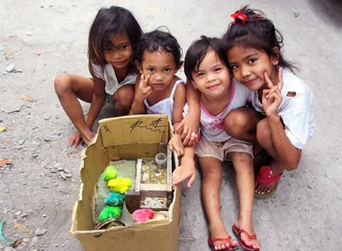 Cuatro niñas filipinas muestran sus polluelos coloridos