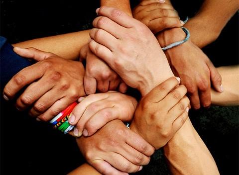 Estas manos sujetadas de jóvenes reporteros simbolizan fuer