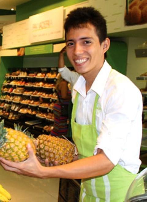 Jean trabaja en una reconocida cadena de supermercados en Colombia y gana unos US$380 al mes.