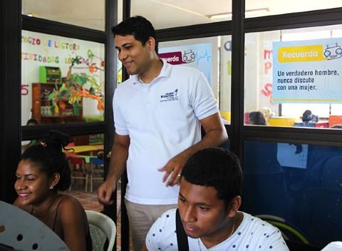 Jesús helps teens in the computer center