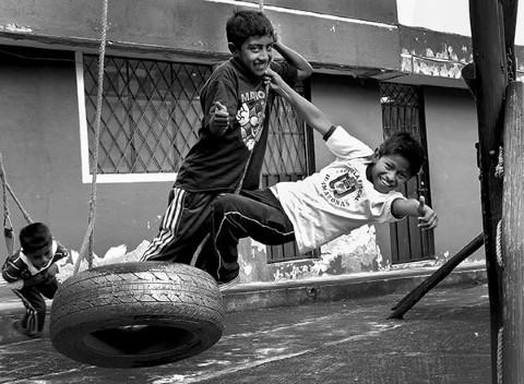Juegos y diversiones afuera del centro comunitario de Children International en Quito, Ecuador