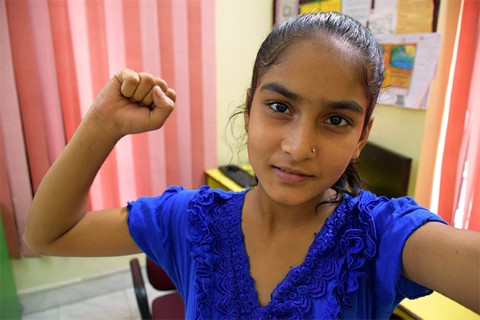 Anjali se toma una foto con un puño en el aire.