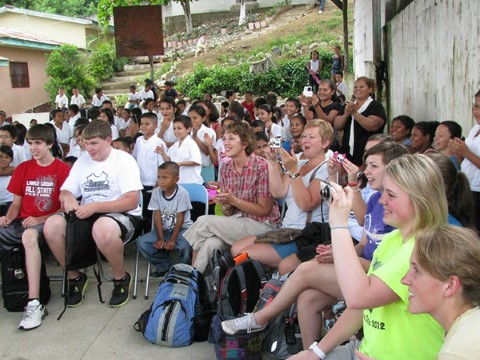 En la escuela de Walter, el grupo disfrutó de una presentación hecha en celebración del Día del Estudiante.