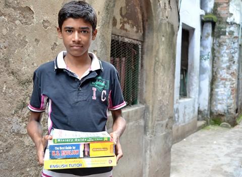 Un becado HOPE en la India carga sus libros.