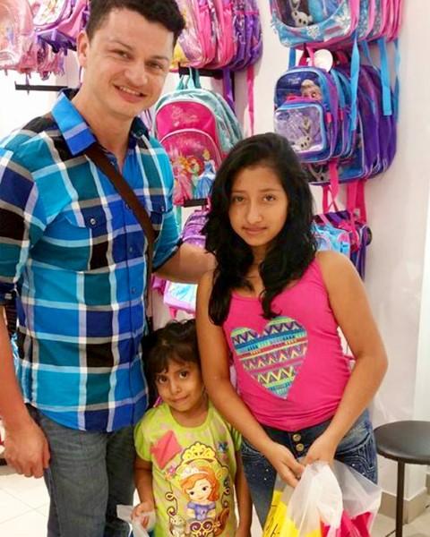 Johannes con Betxy y su hermana menor mientras hacían compras por útiles escolares.