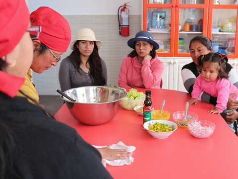 Mamás en Ecuador les enseñan a sus pares a preparar una ensalada de quinua.