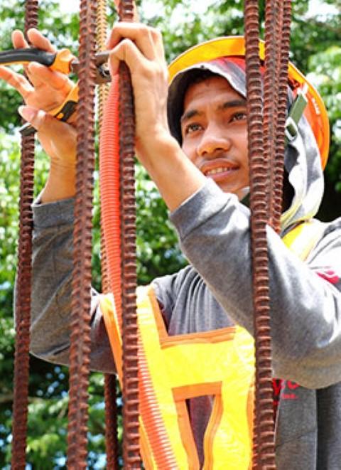 En las Filipinas, Jomarie trabaja de técnico de cableado industrial. Él genera US$240 mensuales.