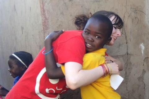Courtney y su apadrinado, Happy, se despiden con un abrazo