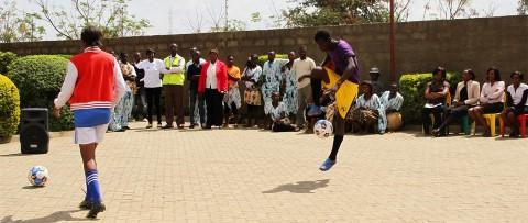 Jóvenes muestran sus habilidades futbolísticas en nuestro centro comunitario en Lusaka