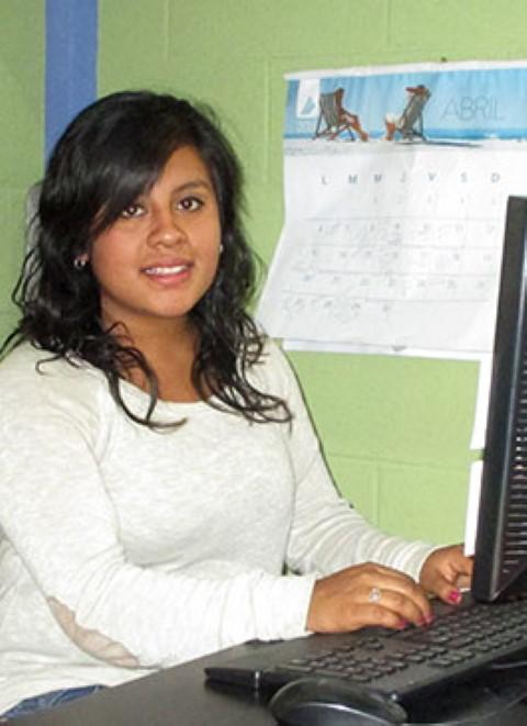 Darlin encontró trabajo como una asistente de recursos humanos en Guatemala.