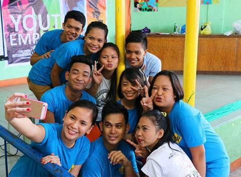 Pauline se toma una foto con jóvenes apadrinados en Manila, Filipinas