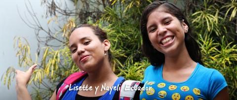 Lisette y Nayeli posan para la cámara