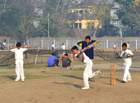 Kids in Kolkata play cricket