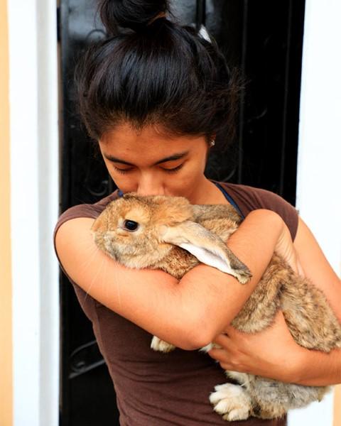 Lady Victoria abraza su conejo mascota.