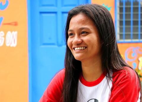 Sherlene, de 17 años de edad, sonríe con orgullo en Quezon City, Filipinas
