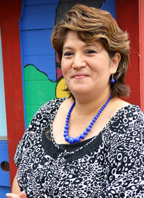 Yolanda, integrante del personal de Children International, en la biblioteca