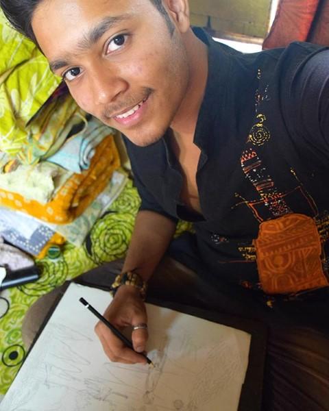 Bibek se toma una foto mientras dibuja