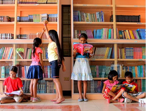 Niños se divierten en la biblioteca de este centro comunitario en las Filipinas.