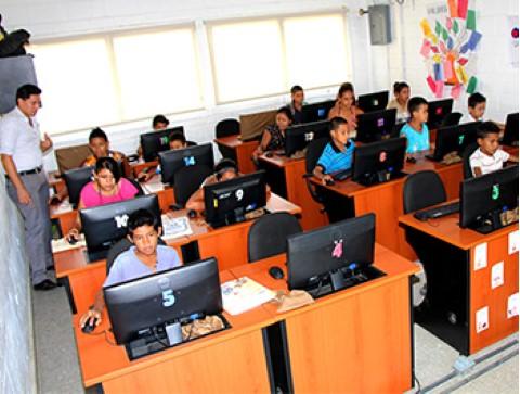 oNiños y jóvenes aprovechan la tecnología que ofrecen las salas de computación de Children International.