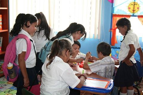 Apadrinados de Children International se congregan en esta biblioteca de uno de nuestros centros comunitarios en Honduras